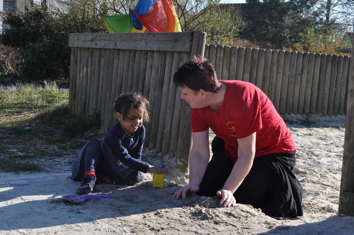Spelen in de zandbak - Hamertje-Tik Kinderdagverblijf, Kinderopvang en buitenschoolse opvang in Beijum, Groningen.