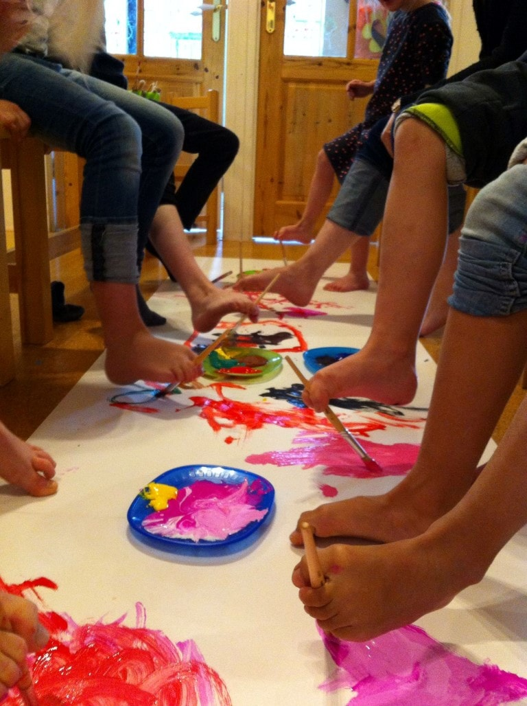 Verven met je voeten - Hamertje-Tik Kinderdagverblijf, Kinderopvang en buitenschoolse opvang in Beijum, Groningen.